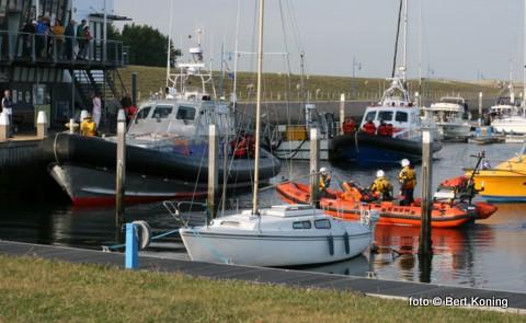 Zaterdagavond kwamen zowel de reddingboten van Texel en Den Helder in aktie. Vanaf De Kooy in Den Helder was een vuurpijl boven het wad waargenomen. Zowel de Francine Kroesen uit Oudeschild als de Joke Dijkstra uit Den Helder hielden een zoekaktie bij 't Kuitje en 'T mosselgaatje nabij de Helderse haven. Rond 23.00 uur werd de zoekaktie zonder succes gestaakt. Afgelopen week waren de KNRM-boten nog bij elkander in de Waddenhaven voor een gezamelijke oefening.