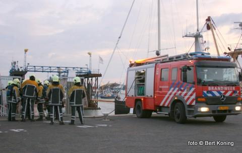 Maandagavond was het dok van Viser het decor voor een oefening van de Texelse brandweer. Met een tweetal brandweerauto's en de ladderwag kwam men naar de haven. Alwaar tesamen met de medewerkers van Visser geoefent werd: hoe te handelen bij een eventuele (scheeps)brand. Het dok zelf staat momenteel leeg, daar er onderhoud gepleegt wordt aan de dokvloer.