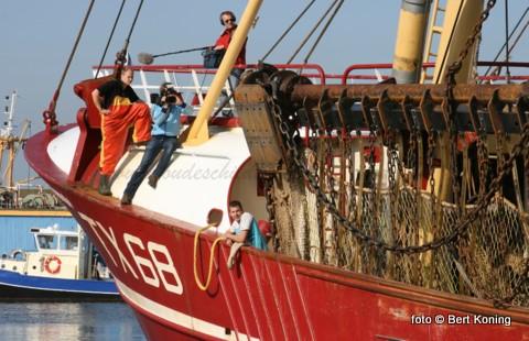 De afgelopen weken heeft de 'Vertrouwen'van de firma van der Vis & Daalder al op de vrijdagen een filmteam aanboord om de innovatie op de vissersvloot te vereeuwigen voor o.a. het ministerie van LNV. Afgelopen vrijdag werd de bemanning gevolgd vanaf de visafslag tot aan het afmeren in de thuishaven Oudeschild.