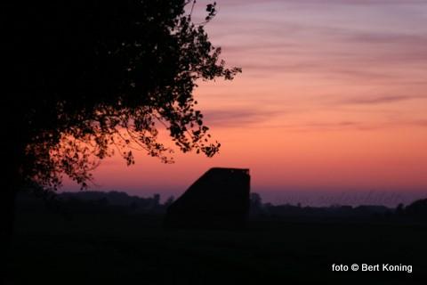 Vrijdagavond betekende deze zonsondergang al een zeer gunstige voorbode voor een heerlijk zonnig weekeinde. Deze typisch Texelse schapenboet staat even voorbij de firma Tatenhove aan de Ijsdijk.