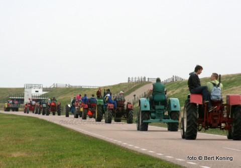 Afgelopen zondag toerde zo'n vijftwintig tractoren over het eiland rond. Tijdens hun jaarlijkse rondrit werd o.a. De Koog, Paal 9 en Oudeschild aangedaan. Hier passeren ze in optocht Dijkmanshuizen
