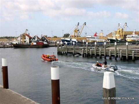 Zondagmiddag kwam de reddingboot Francine Kroesen in aktie voor een rubberbootje met motorstoring. Het bootje bevond zich op de Texelstroom, dicht bij de Oudeschilder haven. De reddingboot maakte een sleepverbinding en bracht de pechvogels in een snelle aktie veilig naar binnen.