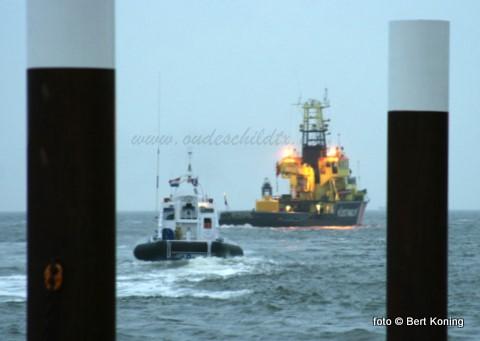 Maandagavond vond voor de haven Oudeschild een grote oefening plaats voor diversen hulpdiensten. Behalve door de reddingboten van Texel en Den Helder werd ook deelgenomen door het oliebestrijdingsvaartuig Nomad uit Harlingen, de plaatselijke brandweer en sleper Alcmaria van Ooms. Op het Kustwachtschip Terschelling was tijdens deze oefening o.a. 'brand uitgebroken, een bemanningslid overboord geraakt en verloor het Kustwachtvaartuig zijn complete lading van 7 ton gasolie op de Waddenzee'. Morgen meer foto's.