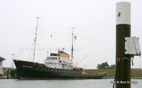 Woensdag meerde 'als oude bekende' de sleepboot Holland af in zuider haven van Oudeschild. De van oorsprong Terschellinger sleper van rederij Doeksen werd gebouwd in 1951 en wordt nu in de vaart gehouden door de Stichting Zeesleepboot Holland, met als thuishavens Harlingen en Den Helder. Tijdens het 100-jarig bestaan van TESO in 2007 heeft deze historische sleper hier 'het water nog dun gevaren' met pasagiers tussen Texel en Den Helder.