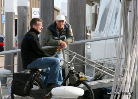 Vrijdagmorgen op de norderhaven. Stefan de Wit(l) oud-opvarende van de TX 94 'Avontuur' van de firma Boersen is nu bij de TESO. En Bertus van der Schans van de (ex)TX 3 'Concordia' van de gebroeders van der Vis is nu op de rondvaart bij de TX 35.