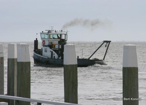 Sinds begin deze week wordt de toegangsgeul voor de haven van Oudeschild weer uitgebaggert. De sleper Semper is tijdens deze werkzaamheden bereikbaar op VHF 12.