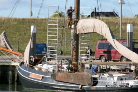 Na zijn reis naar Terschelling werd woensdag onderhoud gepleegd aan de ruim 100-jarige loodsbotter. Plaatselijk timmerman Piet Laan herstelde op hoogte een zwakke plek in de mast.