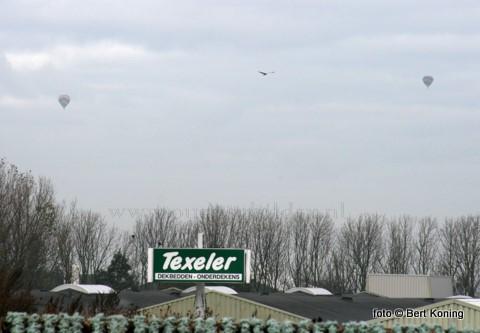 Donderdagmorgen waren de twee luchtballonen vanaf de IJsdijk ook hier prima te volgen boven het eiland. Rab-chauffeur Anne de Vries volgt ook vol aandacht het gebeuren in de lucht.