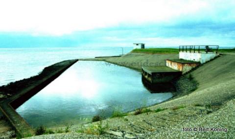 Waar ooit gezwommen werd in het warme koelwater van Texels eigen water- en stroomfabriek aan de IJsdijk  zal naar het nu laat aanzien voor het seizoen 2010 een buitendijks strandje gerealiseerd worden. Na een eerdere afwijzing van een bijdrage uit het Waddenfonds is dit alsnog toegekend. Voor het resterende bedrag zal door de Waddenhaven een bijdrage worden gevraagd uit het nog in te stellen Toeristisch Investeringsfonds.