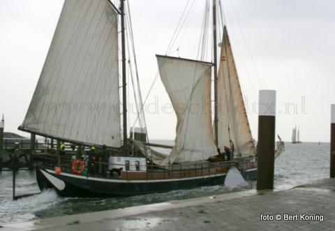 Zaterdagmiddag was het een komen en gaan van de 15e Waddenrace voor charterschepen. De 13 deelnemende schepen die vanmorgen om 8.00 uur vanuit Harlingen vertrokken doen tijdens deze jaarlijkse race, als afsluiting van het vaarseizoen, zowel Vlieland, Terscheling, Oudeschild en Den Oever aan om in de loop van de zondag weer te eindigen in de haven Harlingen. Café De Kombuis was voor de deelnemers de stempelpost op Texel. De loodsbotter Texelstroom deed dit jar niet mee. Daar men koos voor de beurs Klasieke schepen in Enkhuizen. Hier verlaat de Alida met spoed de Oudeschilder haven, op weg naar Den Oever.
