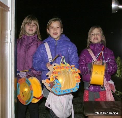 Woensdagavond trof de dorpsjeugd van Oudeschild het prima met de weersomstandigheden. Al zingende kon men onder droge omstandigheden, en zonder een koude wind, langs de deuren om het aangeboden snoepgoed in ontvangst te nemen.