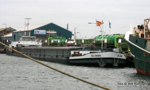 De afgelopen dagen werd het binnenvaartschip Ad-Arma gelost in de werkhaven van Oudeschild. De ruim 1500 ton drijfmest werd bij de agrarische sector over het eiland verdeeld door het bedrijf Van der Stelt B.V. uit Beverwijk.