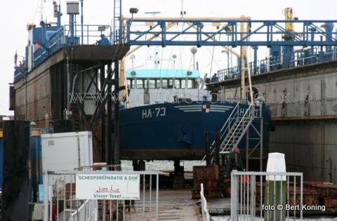 In het scheepsdok van Oudeschild staat momenteel de Harlingen 73 van Lenger Seafoods BV droog voor ispectie. De 40 meter lange schelpenvisser, welke alhier een ligplaats heeft in de haven, ondergaat een onderwaterinspectie t.b.v. een mogelijke verkoop.