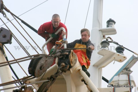 """Maandagmorgen werd op grote hoogte nog gewerkt door de bemanningsleden Ron van der Slikke (l) en Johnny Drijver van de Sumwinger """"Helena Elisabeth' van de firma Drijver uit Oosterend. De TX 29 vertrok later die stormachtige dag dag naar de visgronden."""