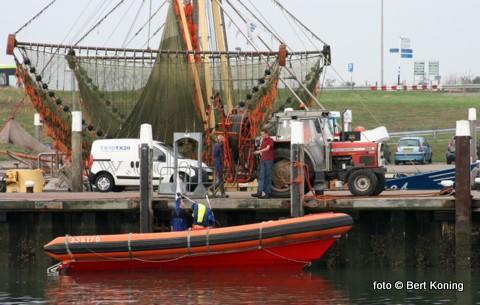 Afgelopen week werd door het duikteam van de Booster alle drainage van kadewand gereinigd. Piet Jan Slik (l) geeft hierbij uitleg over de werkwijze aan dorpsgenoot Harry Wijnhoff.