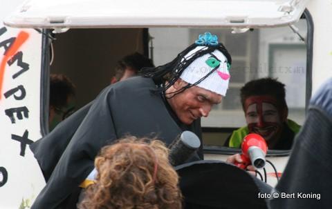 De 38 deelnemende teams kregen weer  kregen weer de meest uiteenlopende opdrachten. Zoals hier een poppenkastvoorstelling op het dorpsplein van De Koog met als deskundige jurry de toneelclub De Duinkanters.