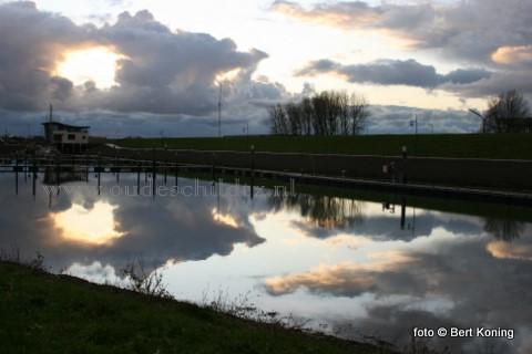 Na de Belgische herfstvakantie is het weer stil geworden op Texel. Zo ook in de Waddenhaven op Oudeschild waar de herfstluchten weerkaatsen in water.