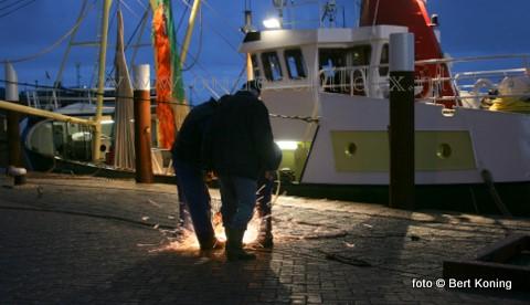 Ondanks dat het nu weer vroeg donker is wordt er gewoon doorgewerkt op de haven. Zo ook bij de eurokotter 'Bona Fide' van garnalenvisser Erik Kalf uit Oudeschild.