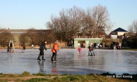 De weersvoorspellingen zijn er eind deze week naar dat de schaatsen binnenkort weer uit het vet kunnen bij de IJsclub van Oudeschild. De lidmaatschapkaarten hiervoor kunnen afgehaald worden bij de plaatselijke Spar-winkel van Erik Kalverboer.