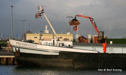 Dinsdagmorgen werd gestart met het laden van het binnenvaartschip Prominent uit Oudekerk aan de IJssel. Naar verwachting zal de ruim 1800 ton gezaagd dennenhout van Staatsbosbeer in de loop van de woensdag gereed zijn.