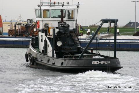 Sinds donderdagmorgen is de sleper Semper weer actief om zowel de haven van Oudeschild als de toegangsgeul weer op diepte te brengen.