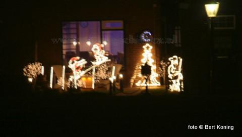 Gelukkig bleef op de 1e kerstdag de voorspelde ijzel en gladheid achterwege. op vele locaties in hetdorp sierde de kleurrijke kerstverlichting de straat, zoals hier aan de Ruyterstraat.