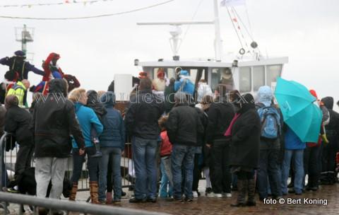 Klokslag 15.00 uur verliet Sinterklaas en zijn Pieten weer met de stoomboot TX 44 de haven van Oudeschild. Ondanks de pittige regenbuien en forse wind werd het voor de eerste maal in de Texelse geschiedenis een sfeervolle uittocht voor de aanwezige Texelse jeugd.
