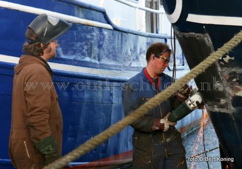 Onder een stralend zonnetje werd dinsdagmiddag door Wim Jan Boon(l)  van de TX 20 en Herman Blom van de TX 10 druk gelast en geslepen nu de toeristenvaart even een rustige periode heeft.