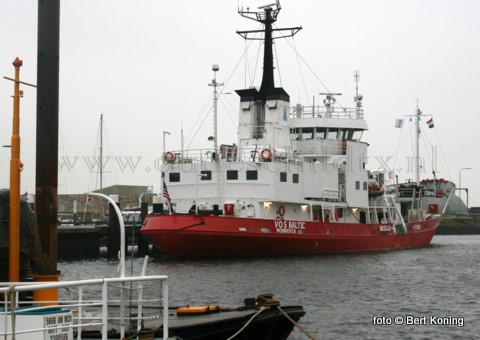 Door een overvolle haven in Den Helder zullen tot maart volgend jaar de Vos Baltic en de Shelf Express in de haven van Oudeschild afgemeerd worden. Woensdagmiddag arriveerde de Vos Baltic, onder de vlag van Monrovia, al in Oudeschild. Voor Texel is deze (ex) Breeveertien een oude bekende.