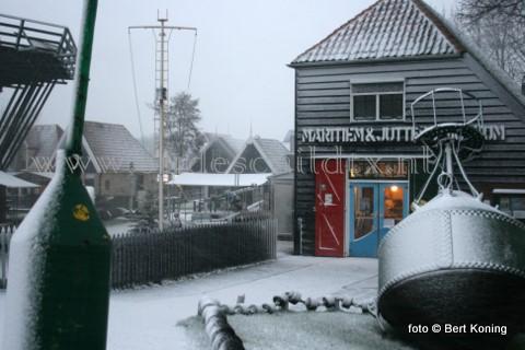 Terwijl de eerste sneeuw donderdagmiddag viel werd de Kerstmarkt bij het Maritiem en Jutters Museum in Oudeschild opgebouwd. Zowel binnen als buiten zijn een 20 tal kramen te bezoeken van 17.00 tot 21.00 uur. Behalve de kramen worden er ondermeer ook kerstverhalen verteld en treed het Visserskoor op met Kerstliederen.