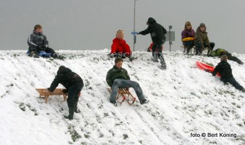De eerste sneeuw van deze winter zorgde weer voor de nodige drukte aan de dijk bij 'het boeienlandje' aan de Ruyterstraat van Oudeschild. De dorpsjeugd genoot massaal weer van het sleeën vanaf de dijk.
