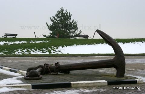 De gemeentelijke haven van Oudeschild wordt bij het kanon op de dijk ook dit jaar weer opgesierd met een sfeervolle verlichte kerstboom.