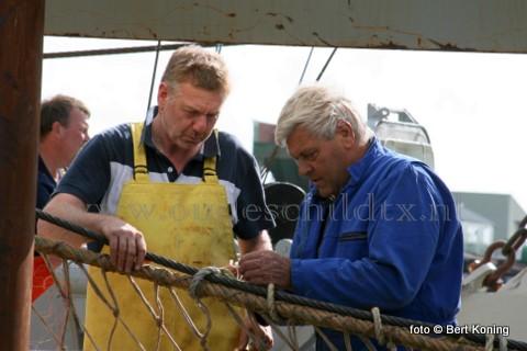 Bemanningslid Arno Cupido (l) in volle concentratie op de Sumwinger 'Biem van der Vis' van de gebroeders van der Vis & zoon uit Oosterend.