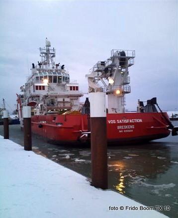 Maandagmiddag arriveerde het duikondersteuningsvaartuig Vos Satisfaction uit Breskens in de haven van Oudeschild. Dit 58 meter lange schip, wat in 2007 gebouwd werd op de ABG Shipyard Ltd. werf in Satar (India), zal tot nader order afgemeert blijven langzij de al eerder gearriveerde VOS Baltic.