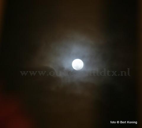 Oudejaarsavond was rond 20.30 uur de (beperkte) maansverduistering ook op Texel waarneembaar. Opmerkelik was de blauwe gloed rond de volle maan. Dit natuurverschijnsel was 15 jaar geleden op deze wijze ook zichtbaar.