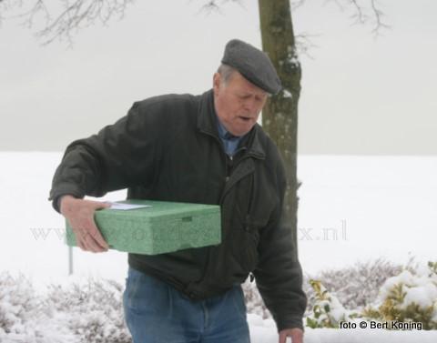Ondanks de gladheid en sneeuw bleven de vrijwilligers hun 'klantjes' trouw bij de warme maaltijdvoorziening over Texel. Zoals hier ook de oud-visserman (TX 14) en ex CIV- bestuurder Biem Trap uit Oosterend tijdens zijn bezorging in Oudeschild.
