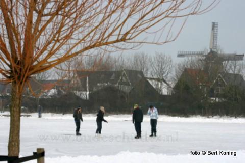 Afgelopen dinsdag was het ook zo ver dat de ijsbaan aan de Wittstraat ook in gebruik kon worden genomen. In de meeste dorpen op Texel kunnen inmiddels de schaatsliefhebbers nu de ijzers onderbinden.