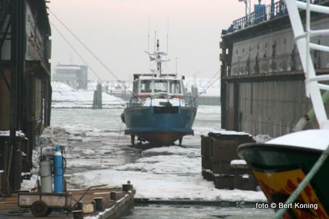 Als één van de kleinste schepen van de Nioz-vloot staat deze week de Stern droog in het dok van Viser op Oudeschild. Het schip, wat door het NIOZ gebruikt wordt voor vervoer van onderzoekers in de ondiepe gebieden van de Waddenzee, heeft een mogelijke schroefschade.