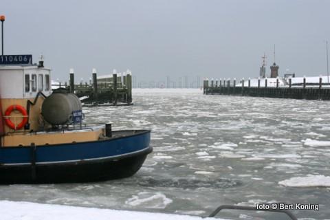 Terwijl de voortzetting van de vorst aldus de weerkundigen nog onzeker is heeft zich inmiddels het eerste ijs gevormd rond de vrijdag binnenkomende kottervloot. Door de oosten wind en het lage water was het ondermeer voor de TX 36 rond de middag nog een toer om goed af te meren.
