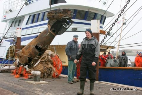 Vrijdagmorgen werd door de bemanning van de Klasina J van C. Vonk & Zonen uit Oudeschild een opgeviste torpedo aan de wal gezet. Thijs Vonk (op de foto) gaf aan dat devangst met lichte netschade was gedaan in de Slijtgeul bewesten de Bruine Bank. Op zo'n 70 mijl bewesten Texel. De torpedo met een dubbele schroef werd geschonken aan het museum Flora van Jan Uitgeest.