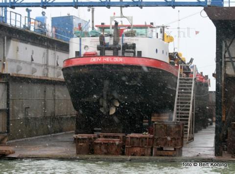 Afgelopen vrijdag werd de 67 meter lange Zandexpress 4 van Spaansen B.V. uit Amsterdam gedokt bij Visser - Texel. Het zandwinschip, wat zijn vaste ligplaats heeft in Den Helder, werd gedokt wegens lekkage bij de machinekamer en het het aanbrengen van de nodige nieuwe zinkanodes. Behalve voor de zandwinning kan dit schip ook met veegarmen worden uitgerust als oliebestrijdingsvaartuig.