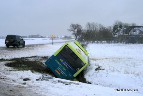 Zondagmiddag raakte door de gladheid een Connectinbus op de Schilderweg nabij Oudeschild in de sloot door de gladheid. De ambulance was terplekke, maar het betrof slechts lichte verwondingen. Een groot bergingsbedrijf is opgeroepen om de bus weer op de Schilderweg te takelen.
