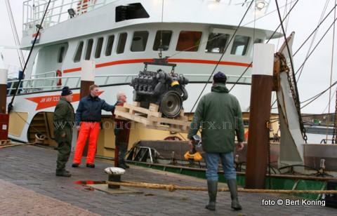 Afgelopen vrijdag werd de pulswinger TX 36 van de firma van der Vis uit Oosterend voorzien van een nieuwe 500 pk Deutz(hulp)motor.