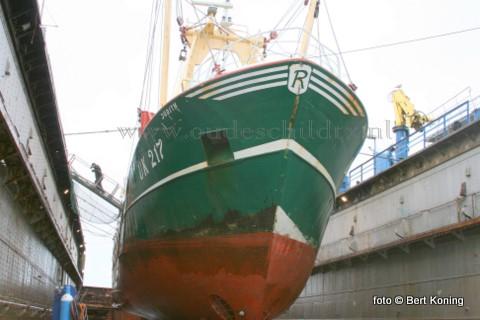 Eind vorige week werd de twinrigger UK 217 drooggezet bij Visser in Oudeschild. De 38 meter lange kotter van Zeevisbedrijf Judith bv (A & L Romkes) uit Urk is hier op Texel voor een reparatie aan de schroef en tunnel van de kotter.  Tevens ondergaat de UK 217 de gebruikelijke 'knip - en scheerbeurt' en vinden er diversen kleinere reparaties plaats.
