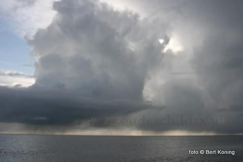 Dat de winter nog niet voorbij is blijkt wel uit beeld boven de wijdse Waddenzee maandag nabij Oudeschild.