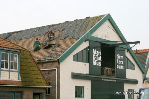 Deze week is middels de sloop van de schuur en een tweetal woonhuizen aan de Heemskerckstraat van Oudeschild de eerste aanzet gegeven voor de geplande nieuwbouw bij het bestaande museum. Vrijdag vond ondermeer de asbestverwijdering door de Oostbeek & Zn uit Den Helder en J. van IJken & Zn uit Eemnes. De aannemer die op deze plek de nieuwbouw gaat uitvoeren wordt binnenkort bekend.