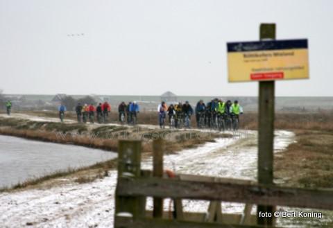 Zondagmorgen begonnen in alle vroegte zo'n 165 mountainbikers een 105 km lange tocht dwars over Texel. Vanaf het Skillepaadje bij Oudeschild ging men ondermeer dwars over het Mieland naar het perceel van Jaap Zuidewind. Meer foto's volgen.