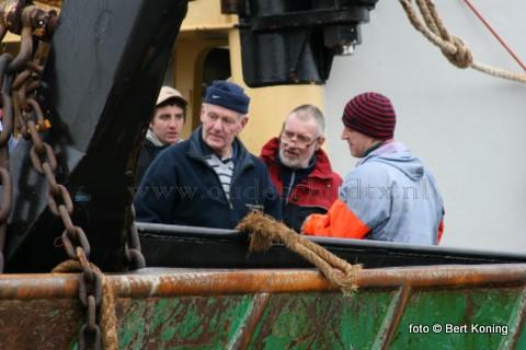 Oud bokkenvisser Wim Dogger (l) van de TX 19 en garnalenvisser Sjef Boom van de TX 50 krijgen van Ron Buisman(r) uitleg hoe de ervaringen zijn met Sumwing. De 'Biem Jan' van de gebroeders van der Vis uit Oosterend is sinds kort ook overgestapt op deze Texelse vinding.