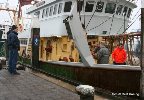 Na de laatste werkzaamheden aan de wings maandagmorgen is de TX 5 van de firma Ellen & Zonen uit Oosterend als zevende Texelse kotter voor de eerste maal hiermee naar de visgronden vertrokken. Zaterdag werd bij de 'Arie Senior' het traditionele bokkentuig vanboord gehaald.