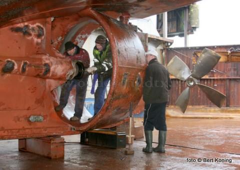 Vrijdagmorgen stond in het scheepsdok van Visser op Oudeschild de 25 meter lange HD 222 droog voor een reparatie aan de schroefafdichting. De Lida-Suzanna van VOF. Zeevisbedrijf Den Helder verliet vrijdagmiddag weer de haven Oudeschild.